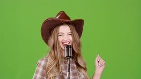 La fille de cowboy chante des chansons country dans une barre Écran vert clips vidéos
