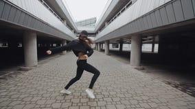 La fille de danse exécute la danse moderne d'houblon de hanche, posant, tordant, style libre contemporain banque de vidéos