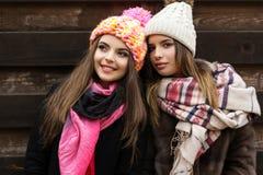 La fille de deux amis portent les vêtements chauds d'hiver Photographie stock