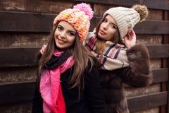 La fille de deux amis portent les vêtements chauds d'hiver Image stock