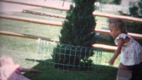 la fille (de film de 8mm) sautant outre du mur 1955 banque de vidéos