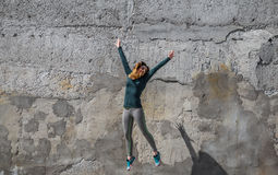 La fille de forme physique dans le sport vêtx sur le fond de mur Image libre de droits