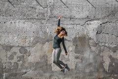La fille de forme physique dans le sport vêtx sur le fond de mur Photo stock