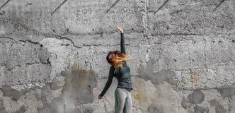 La fille de forme physique dans le sport vêtx sur le fond de mur Photographie stock libre de droits