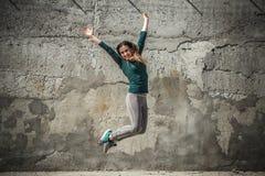 La fille de forme physique dans le sport vêtx sur le fond de mur Image stock