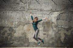 La fille de forme physique dans le sport vêtx sur le fond de mur Images stock