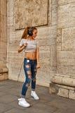 La fille de hippie écoute la musique dans les écouteurs et la danse Photo stock