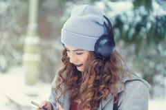 La fille de hippie écoute la musique en hiver Images libres de droits