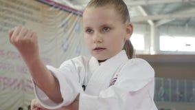 La fille de karaté lui montre des qualifications clips vidéos