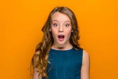 La fille de l'adolescence étonnée Photographie stock libre de droits