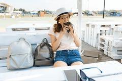 La fille de l'adolescence avec un appétit mange l'hamburger noir d'aliments de préparation rapide Café de rue d'été, aire de lois photo libre de droits