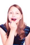 La fille de l'adolescence colore des lèvres Image libre de droits