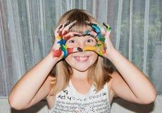 La fille de l'adolescence fait le masque d'amour par des doigts sur son visage Image stock
