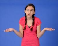 La fille de l'adolescence frustrante avec des tresses avec distribue Image stock