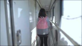 La fille de l'adolescence marche sur une voiture de compartiment de train avec le mode de vie un sac à dos concept de chemin de f clips vidéos