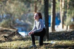 La fille de l'adolescence mignonne dupe autour en parc de pin Amusement photos libres de droits