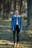 La fille de l'adolescence mignonne dupe autour en parc de pin Amusement photo libre de droits