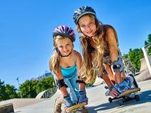 La fille de l'adolescence monte sa planche à roulettes Image libre de droits