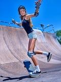 La fille de l'adolescence monte sa planche à roulettes Images stock