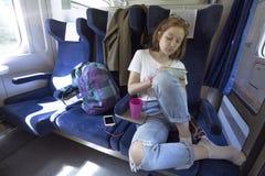 La fille de l'adolescence monte un train photos libres de droits