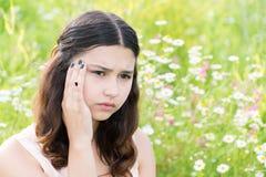 La fille de l'adolescence pense aux problèmes dehors photo stock