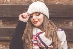 La fille de l'adolescence porte les vêtements chauds d'hiver images libres de droits