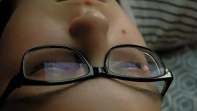 La fille de l'adolescence utilise le comprimé avec des écouteurs Temps de soir?e banque de vidéos