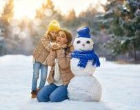 La fille de mère et d'enfant un hiver marchent Images stock