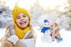 La fille de mère et d'enfant un hiver marchent Photos stock