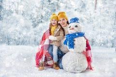 La fille de mère et d'enfant un hiver marchent Image libre de droits