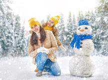 La fille de mère et d'enfant un hiver marchent en nature Images stock