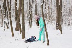 La fille de mère et d'enfant un hiver marchent en nature Famille heureux Photo stock