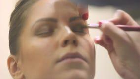 La fille de maquillage fait le maquillage banque de vidéos