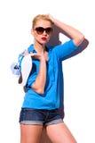 La fille de mode avec des espadrilles se penchent sur le mur. Photos libres de droits