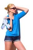 La fille de mode avec des espadrilles se penchent sur le mur. Photo libre de droits