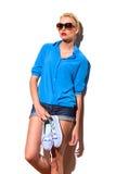 La fille de mode avec des espadrilles se penchent sur le mur. Photographie stock