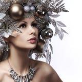 La fille de mode de Noël avec la nouvelle année a décoré la coiffure. Neige Q Image stock