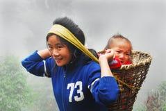 La fille de montagne et l'enfant Images libres de droits