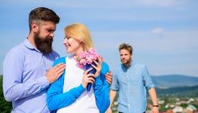 La fille de observation d'associé ex commence des relations heureuses d'amour Couples dans l'amour datant le jour ensoleillé exté Photographie stock