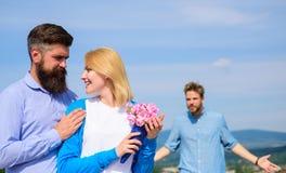 La fille de observation d'associé ex commence des relations heureuses d'amour Couples dans l'amour datant le jour ensoleillé exté Image stock