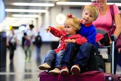 La fille de petit garçon et d'enfant en bas âge voyagent dans l'aéroport Images stock