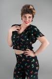 La fille de pin-up dans l'équipement fleuri pose provocantement Photographie stock libre de droits