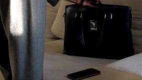 La fille de plan rapproché est prête pour le sac à main de fermeture de travail au soleil banque de vidéos