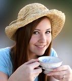 La fille de Preetty sirote le thé de la cuvette de thé anglaise Photographie stock