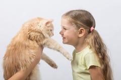 La fille de quatre ans a donné le chat Images libres de droits