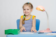La fille de quatre ans prend une photo Photo libre de droits