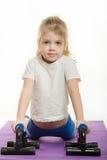 La fille de quatre ans a pressé les pompes de paume Photographie stock libre de droits