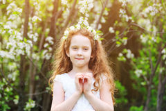 La fille de ressort a plié ses mains un en forme de coeur image libre de droits