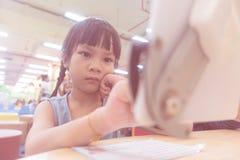 La fille de Seroius utilise la Tablette dans la salle de classe Photo libre de droits