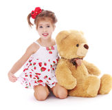 La fille de sourire en été s'habillent avec l'ours de nounours images stock